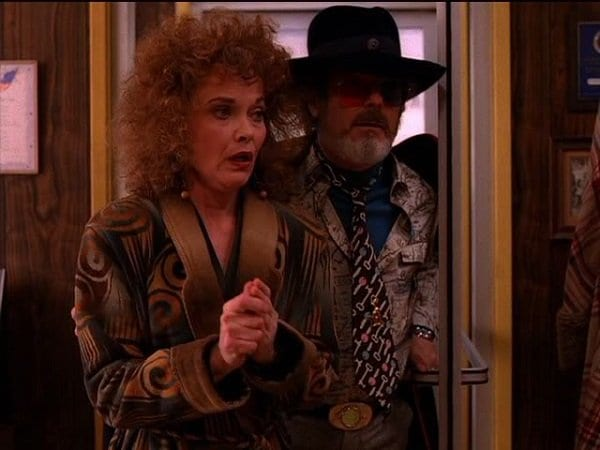 Sarah Palmer and Dr Jacoby arrive at the diner with a message for Major Briggs