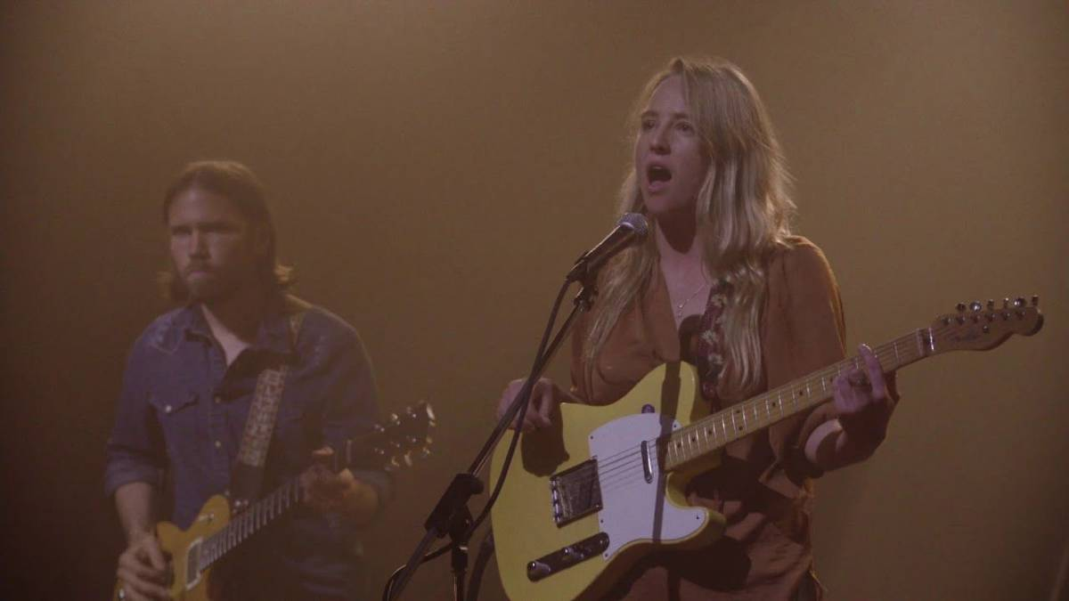 Lissie in the roadhouse