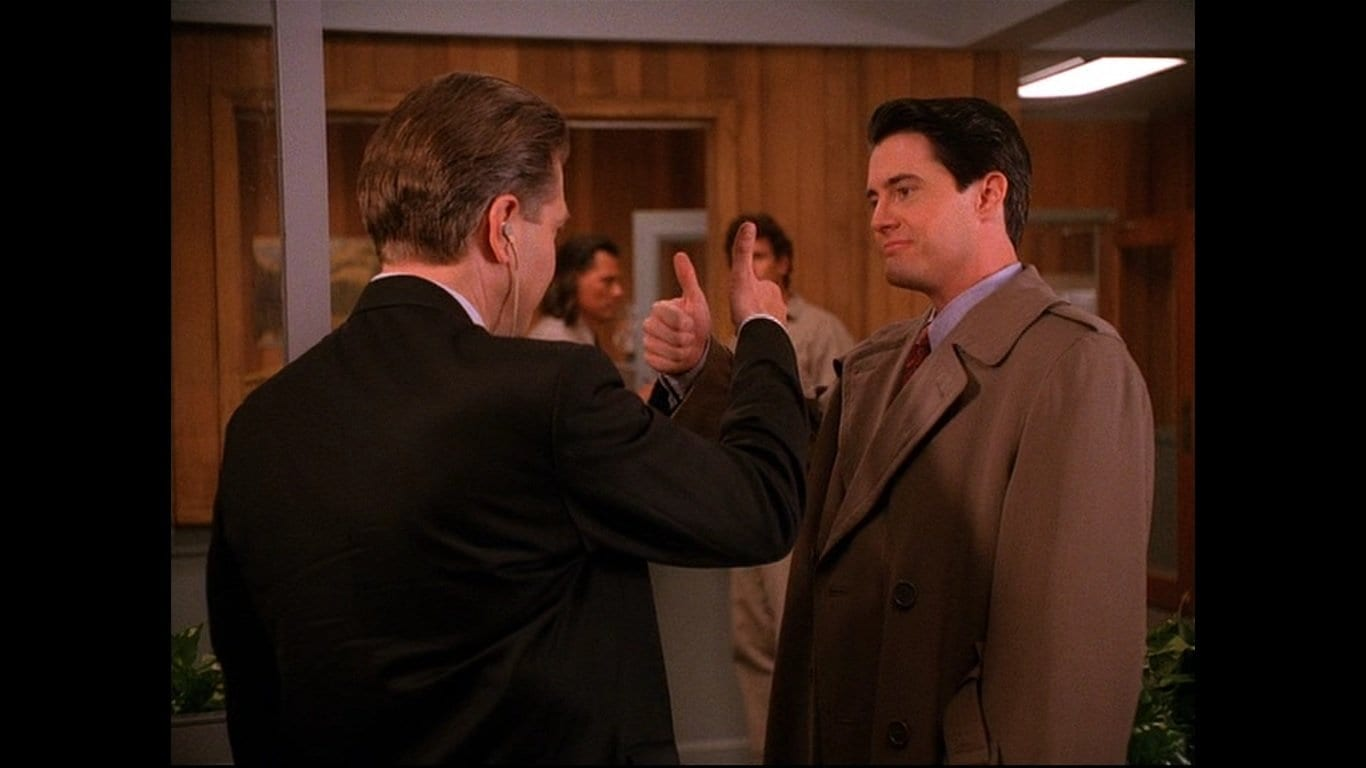 Gordon Cole and Dale Cooper give each other a thumbs up at the sheriffs station