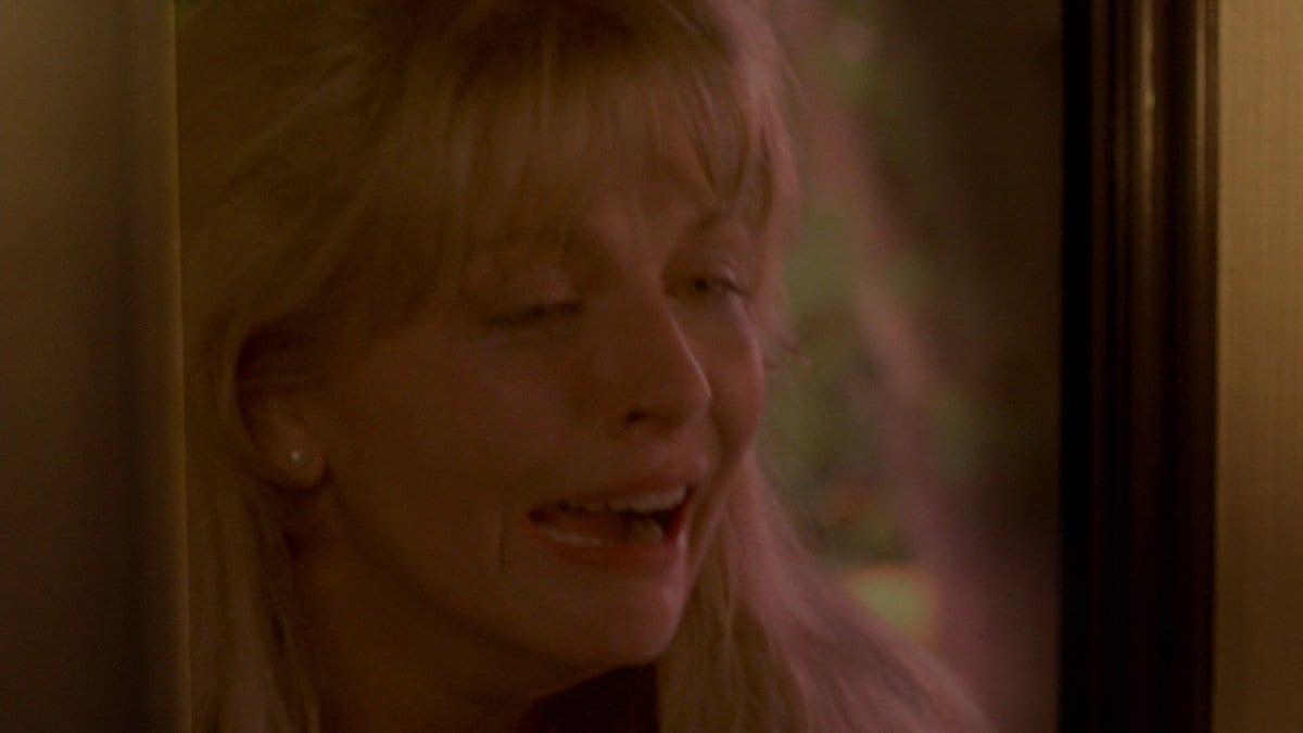 Laura Palmer crying in Gordon's door
