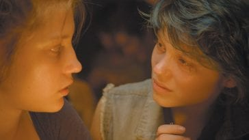 two women talk closely in Blue is the warmest colour