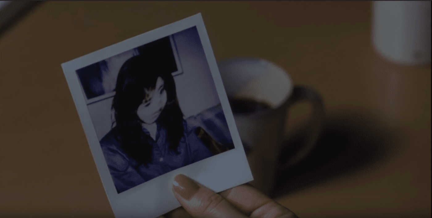 Asakawa's face appears distorted in photographs after she watches the tape in Ringu (1998)