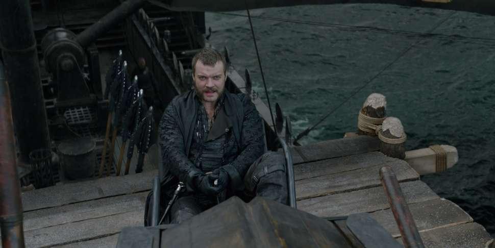 Euron Greyjoy aims his arrows at Daenerys and Drogon