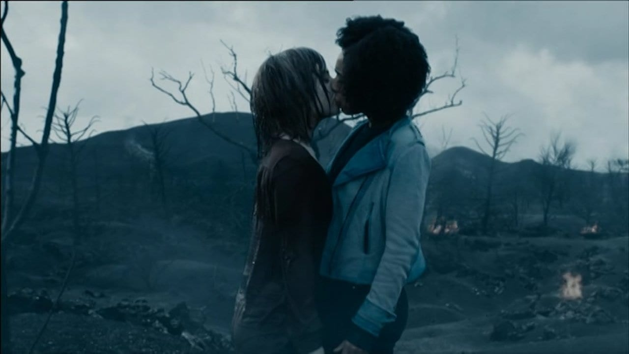 Bill (Pearl Mackie) and Heather (Stephanie Hyam) kiss