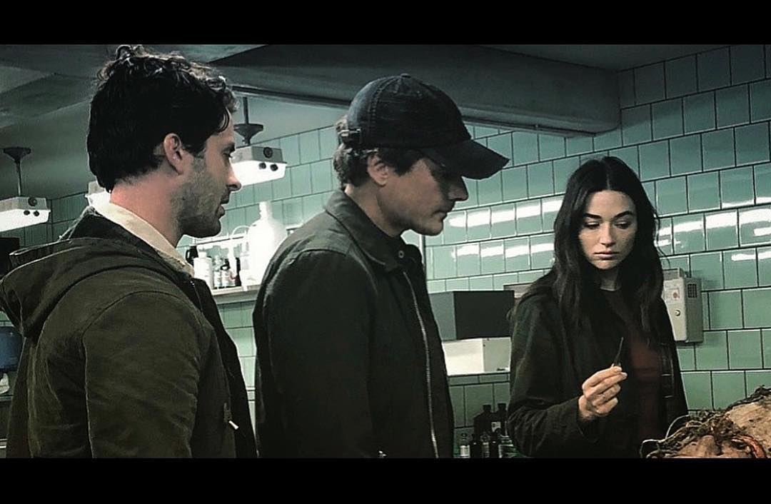 (from left): Andy Bean (Alec Hollan), Swamp Thing pilot and episode 2 director Len Wiseman (Underworld), and Crystal Reed (Abby Arcane) filming a scene for Swamp Thing's pilot.