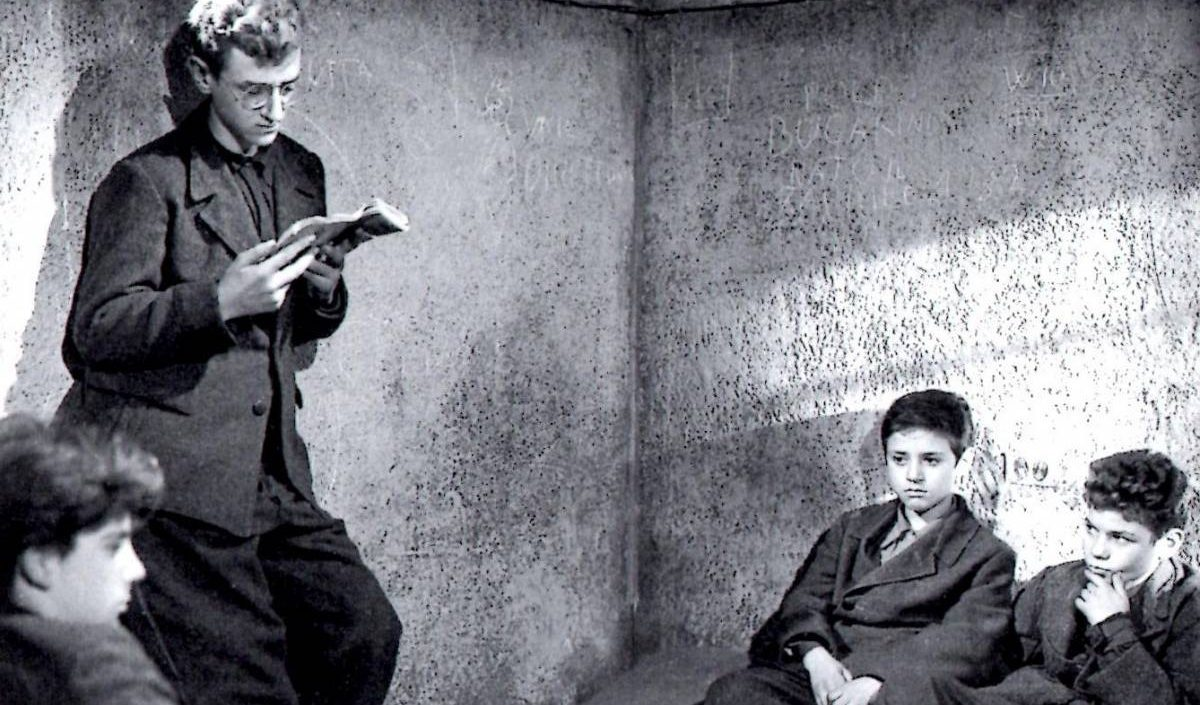Franco Interlenghi and Rinaldo Smordoni sit in a jail cell in Shoeshine (1946)