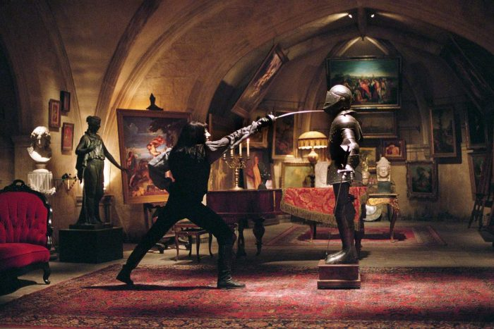 V fencing with a suit of armour in his home, the Shadow Gallery