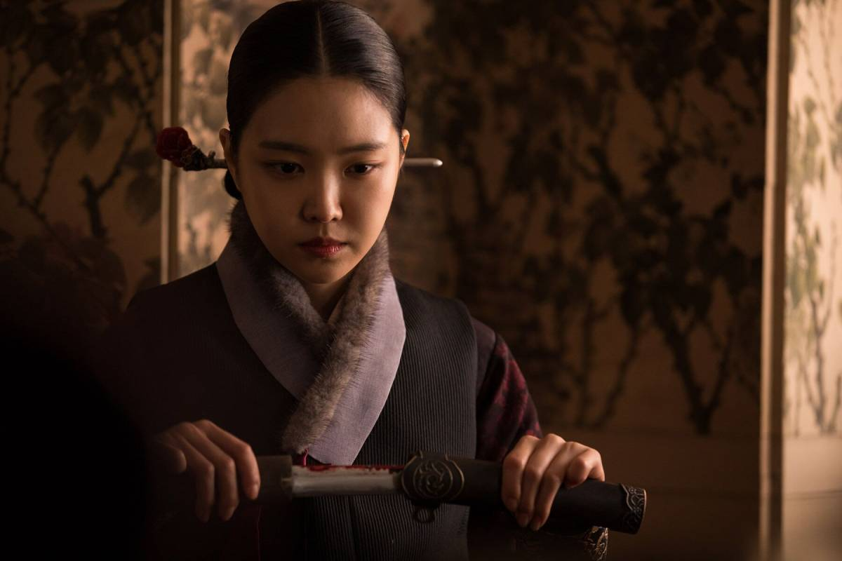 Young hee Seo unsheathing her weapon in The Wrath