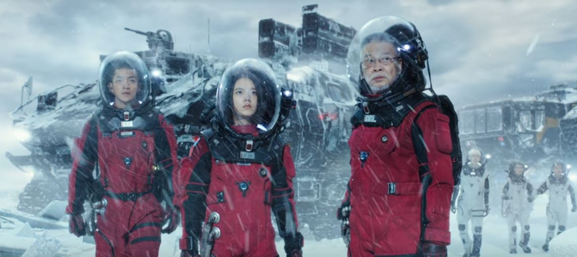 Characters Qi (Chuxiao Qu), Han Zi'ang (Man-Tat Ng), Han Duoduo (Jin Mai Jaho), our heroes about to enter the frozen city of Shanghai.