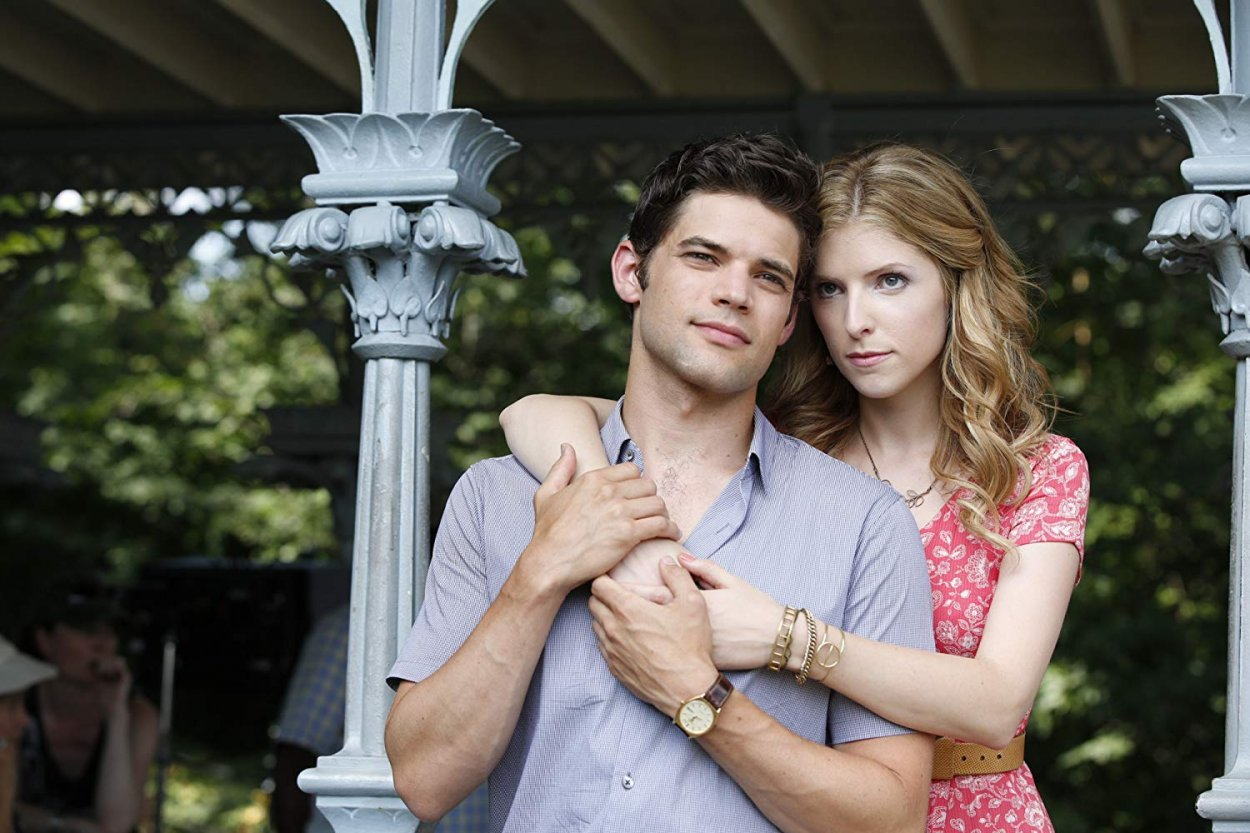 Cathy (Anna Kendrick) embraces the reflective Jamie (Jeremy Jordan) in a New York city park