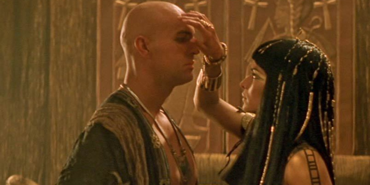 Imhotep and Anck Su Namun in The Mummy Anck Su Namun is holding a hand over Imhotep's face while Imhotep closes his eyes as they face each other
