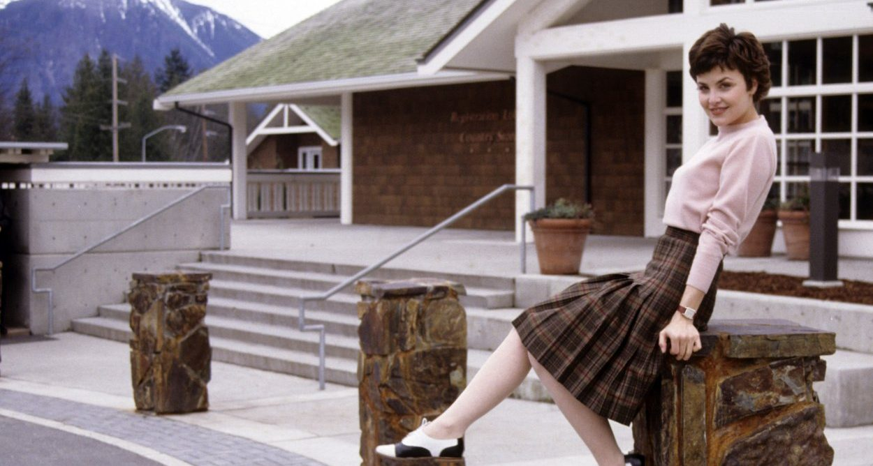 Audrey Horne sitting outside the Great Northern
