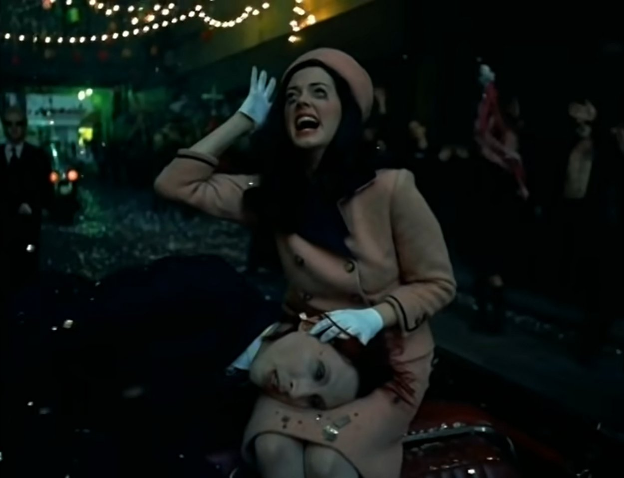 """Marilyn Manson as JFK having just been shot, lying in the lap of Rose McGowan as a distraught Jacqueline Kennedy, in the """"Coma White"""" music video"""