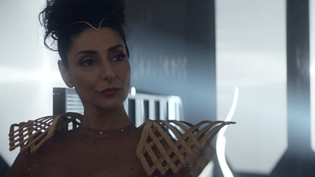 Picard S1E5 - Bjayzl stands in her nightclub looking pleased with herself