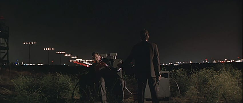Neil and Hanna together at the end of the film Heat in an airfield