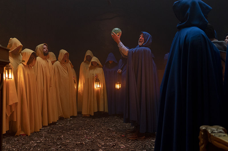 Other players in the game wear robes and have lanterns in Dispatches from Elsewhere S1E7