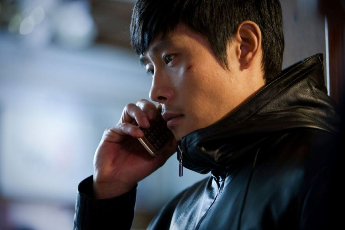 Secret service agent Soo-hyeon on a mobile phone tracking his prey in I Saw the Devil