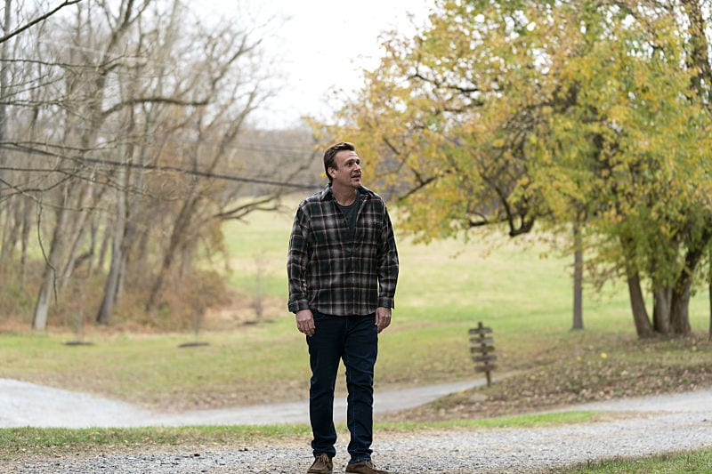 Jason Segel having crossed a dirt road in Dispatches from Elsewhere S1E10