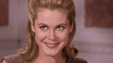 Samantha smiling and looking to her right in the Bewitched Pilot