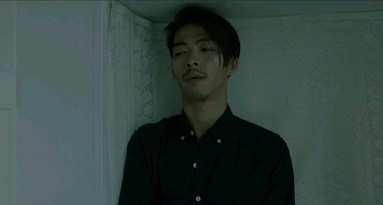 Yu Cheng (Yu Zhang) stands still in the corner of an apartment bathroom.