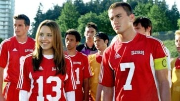Amanda Bynes and Channing Tatum in soccer uniforms, Bynes is smiling and looking to her right, Channing looks focused and is staring ahead, other soccer players in similar uniforms are behind them in She's The Man