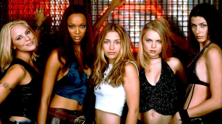 Maria Bello, Tyra Banks, Piper Perabo, Izabella Miko, and Bridget Moynahan pose for a Coyote Ugly promotional shot in front of the bar.