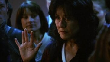 Laura Roslin raises her hand for the oath of office