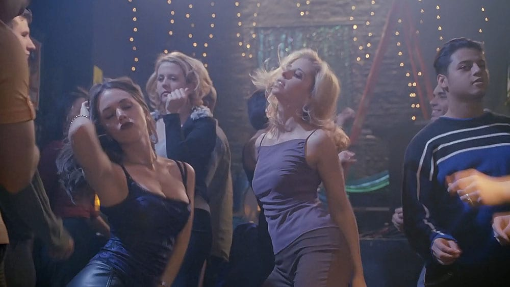 Buffy and Faith dance in the Bronze.