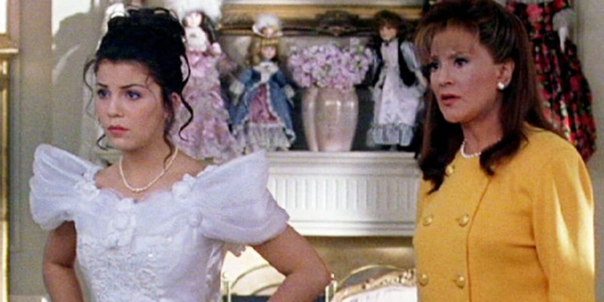 Flashback episode of Gilmore Girls, Lorelai in a white dress, Emily in a yellow dress