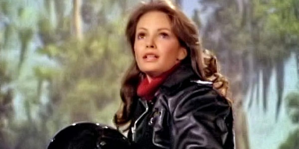 Kelly with a motorcycle helmet and jacket in Charlie's Angels pilot episode