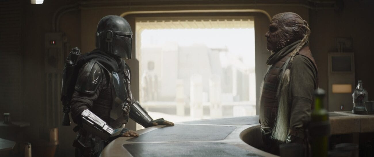 The Mandalorian talks to a Weequay Bartender in the Mos Pelgo cantina