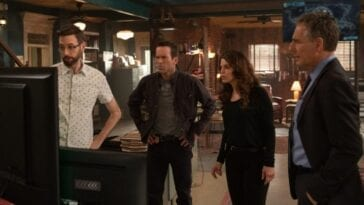 Sebastian, Chris, Tammy and Pride looking at a screen in NCIS New Orleans