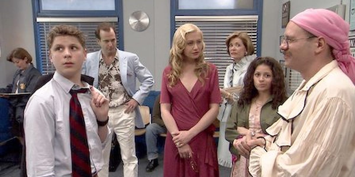George-Michael, Gob, Lindsay, Tobias, Maeby and Lucille Bluth in a room together in Arrested Development