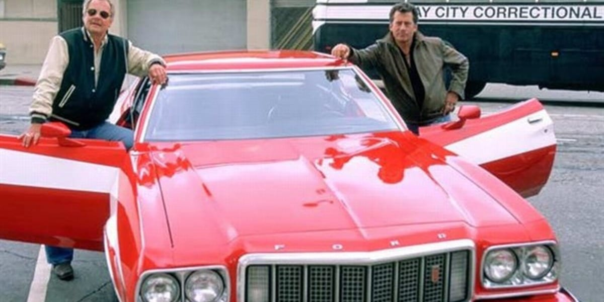 Hutch and Starsky standing on either side of the car in Starsky and Hutch on TV