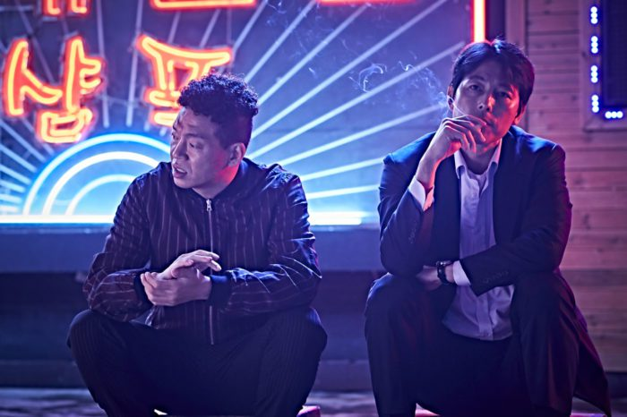 Tae-young (Jung Woo-sung, right) and his patsy Carp (Park Ji-hwan, left) discuss their next move.