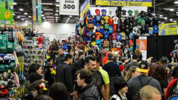 The Wizard World Chicago show floor teems with people.